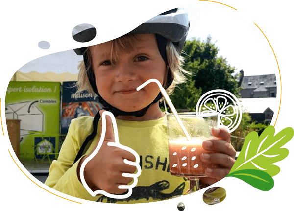 un enfant boit son smoothie realise avec un velo smoothie made in france pour une animation sportive et healthy sur un festival