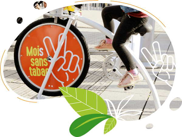 une fillette mixe son smoothie avec le smoothie bike ou velo smoothie pour l'animation de prevention sante mois sans tabac