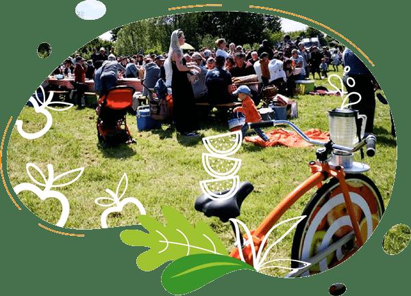 des personnes sont rassemblées dans la nature avec nos vélos à smoothies