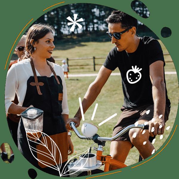 L'animatrice échange avec l'un des invités du mariage sur son expérience vélo smoothie