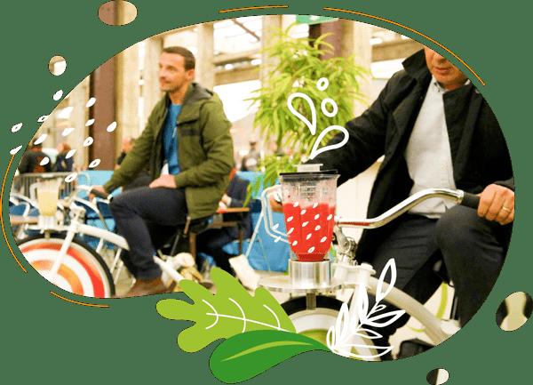 A Nantes lors d'une animation vélos smoothies deux hommes pédalent leur smoothie sur l'ile des machines