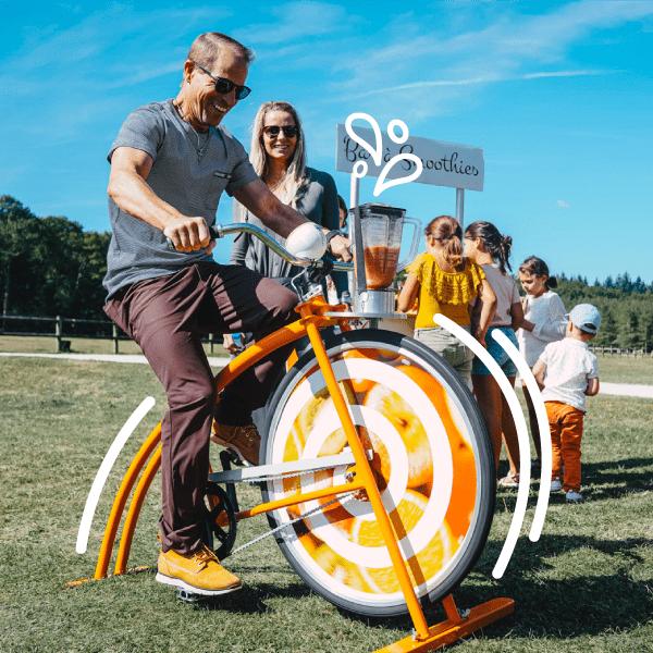 un homme pédale sur un vélo smoothie pour un mariage