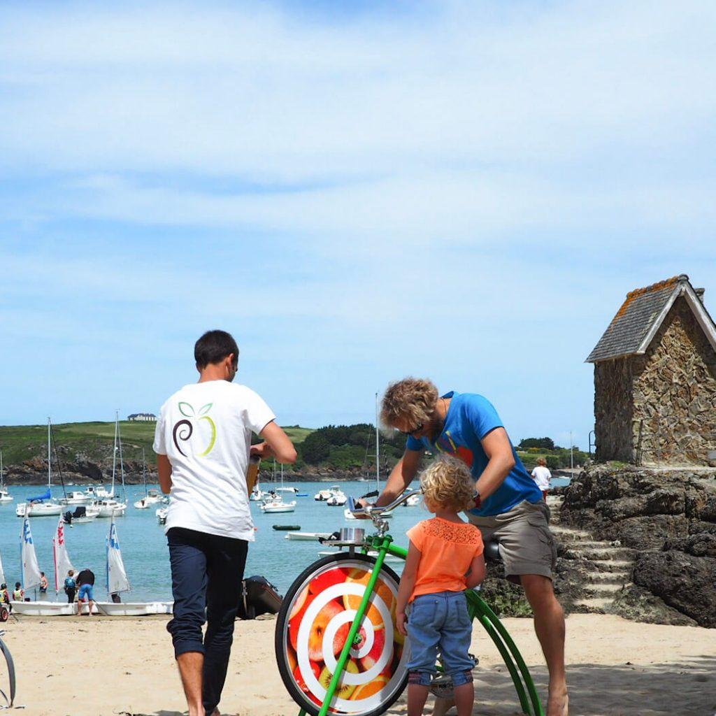 enfants qui pédalent sur un vélo smoothie
